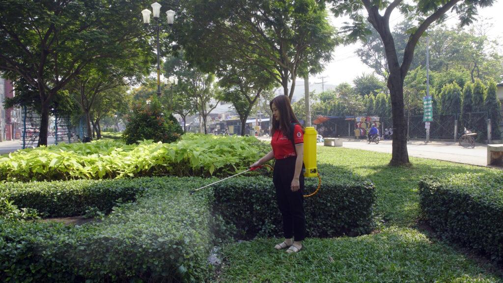 Béc xịt đơn bình xịt TAKYO TK 20 xịt cây xanh ở công viên