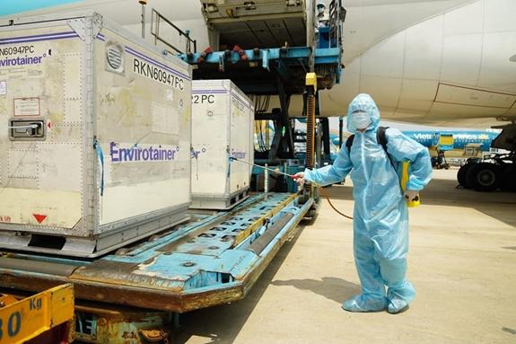Lô vaccine phòng Covid-19 đầu tiên đã về đến Việt Nam – Nguồn Báo quân khu 7